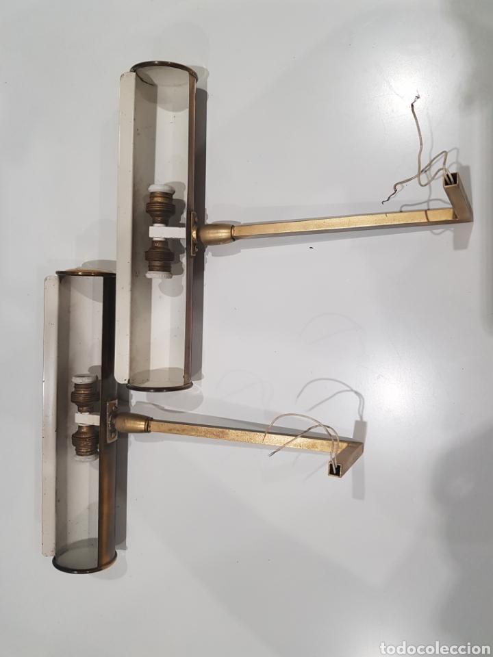 Antigüedades: Lote 2 lamparas o apliques de latón para cuadros ,portalámparas de porcelana - Foto 2 - 209969503