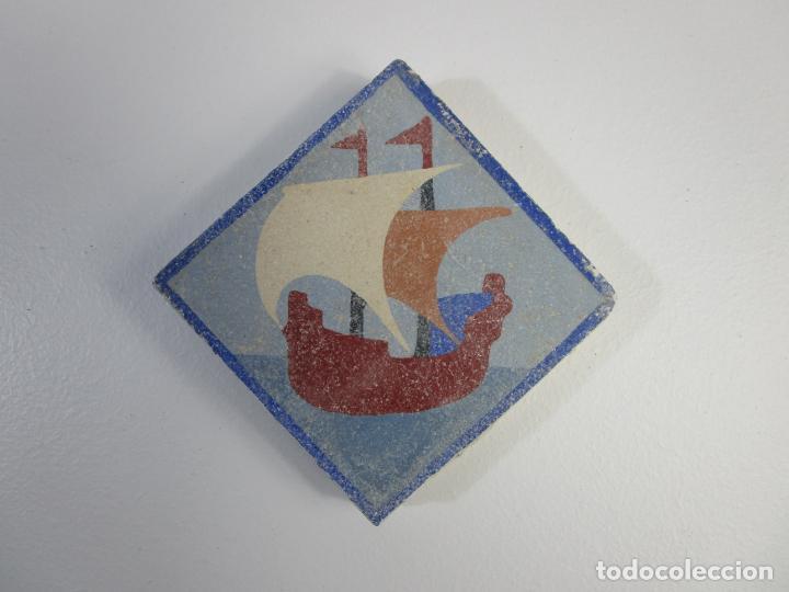 ANTIGUO AZULEJO - BALDOSA - CERÁMICA POLICROMADA - CON VELERO (Antigüedades - Porcelanas y Cerámicas - Azulejos)