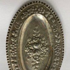 Antiguidades: BANDEJA DE PLATA EN RELIEVE. MEDIADOS S.XX.. Lote 210012970