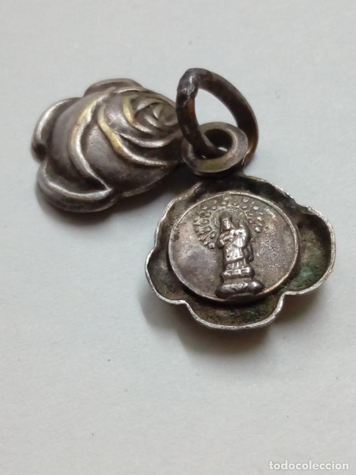 COLGANTE ROSA CERRADA CON LA IMAGEN DE LA VIRGEN DEL PILAR EN EL INTERIOR. SE ABRE DESLIZANDO. (Antigüedades - Religiosas - Medallas Antiguas)