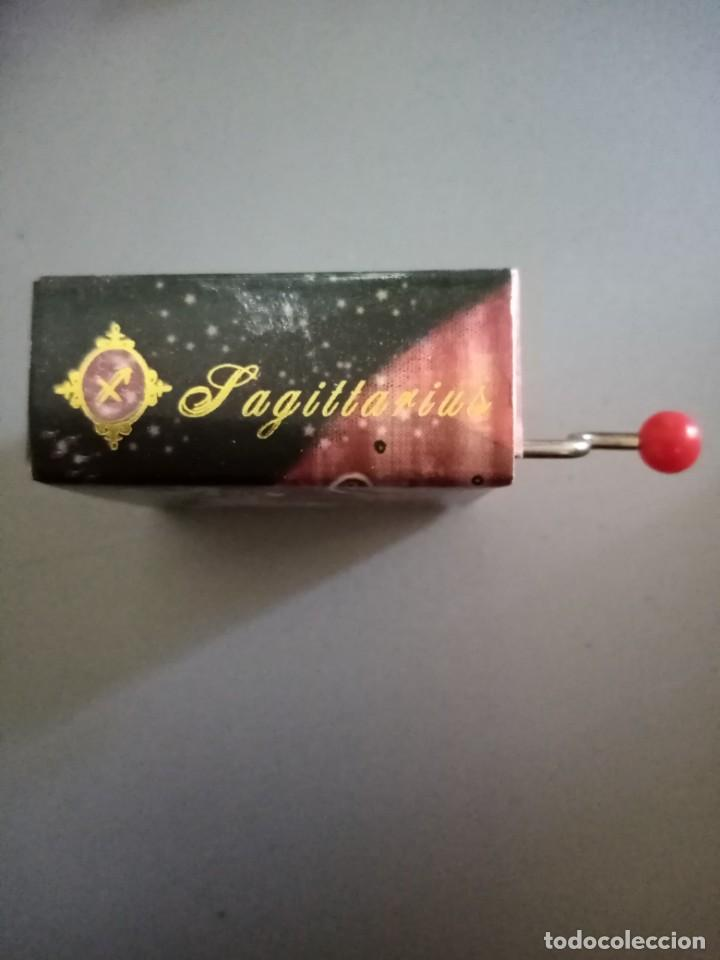 Antigüedades: Cajita original de música manivela. Sagitario - Foto 2 - 210065430