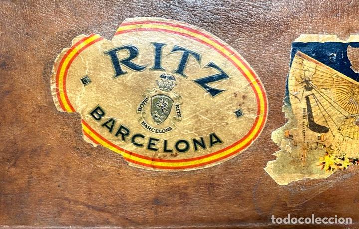 Antigüedades: Maleta de cuero antigua, etiquetas originales, Ritz barcelona, Costa vasca, Gijón, Iberia, limpia - Foto 4 - 210075683