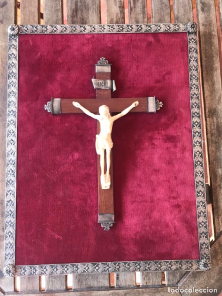 CRUCIFIJO, CRUCIFICADO SOBRE CRUZ DE MADERA EN TABLA CON TERCIOPELO ROJO Y ADORNO DE METAL ESQUINAS (Antigüedades - Religiosas - Crucifijos Antiguos)