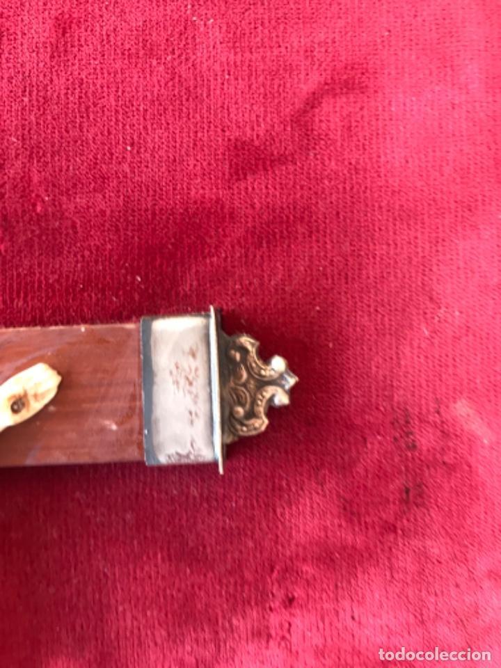 Antigüedades: CRUCIFIJO, CRUCIFICADO SOBRE CRUZ DE MADERA EN TABLA CON TERCIOPELO ROJO Y ADORNO DE METAL ESQUINAS - Foto 4 - 210088982