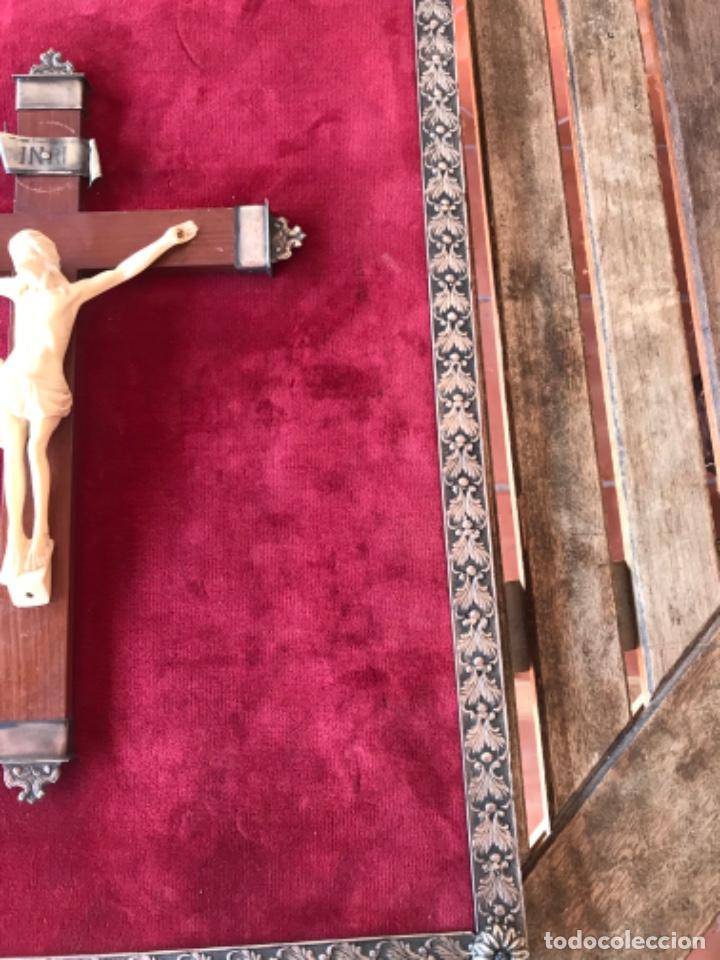 Antigüedades: CRUCIFIJO, CRUCIFICADO SOBRE CRUZ DE MADERA EN TABLA CON TERCIOPELO ROJO Y ADORNO DE METAL ESQUINAS - Foto 7 - 210088982