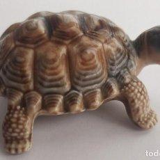 Antigüedades: PEQUEÑA TORTUGA DE PORCELANA INGLESA MARCA WADE, 8 CMS.. Lote 210161823