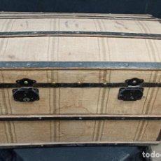 Antigüedades: BAÚL DE MADERA CON REFUERZOS DE METAL Y FORRADO DE TELA. PD. Lote 210164256