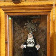 Antigüedades: GRAN TALLA DE LA VIRGEN DE LOS DOLORES - CAP I POTA - EN CAPILLA DE CRISTAL - OLOT - FINALES XIX. Lote 210169487
