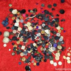 Antigüedades: LOTE DE BOTONES. DIVERSOS MATERIALES. ESPAÑA. SIGLO XIX-XX. Lote 210189682