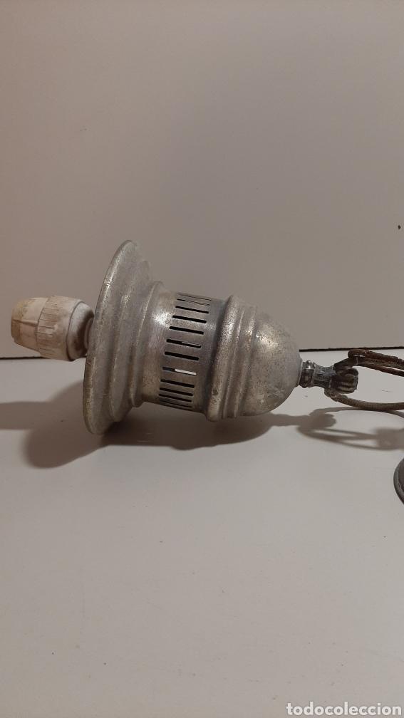 Antigüedades: Antigua lámpara pequeña o aplique de latón o bronce, tipo industrial. Con cadena de hierro y floron - Foto 2 - 210203250
