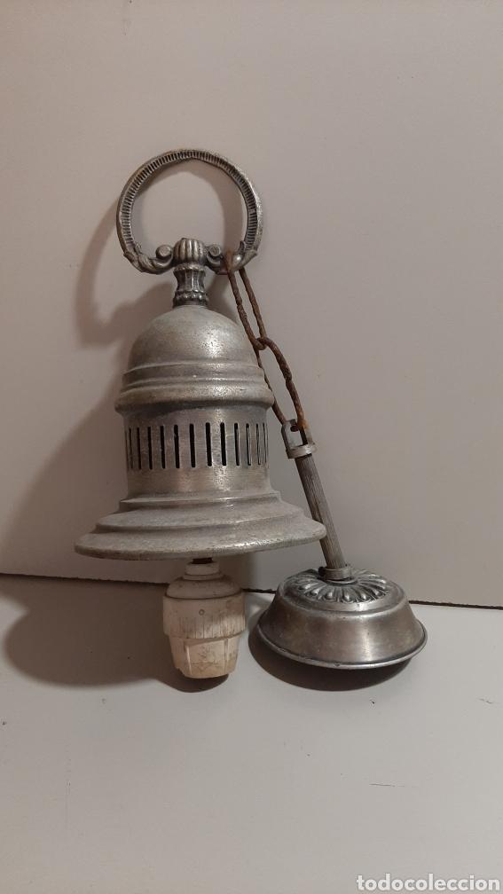 ANTIGUA LÁMPARA PEQUEÑA O APLIQUE DE LATÓN O BRONCE, TIPO INDUSTRIAL. CON CADENA DE HIERRO Y FLORON (Antigüedades - Iluminación - Lámparas Antiguas)