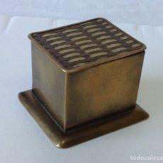 Antigüedades: PRECIOSA CAJITA DE LATÓN DORADO, CON TAPA DECORADA. INDIA. 7X6X4,5CM.. Lote 210208850
