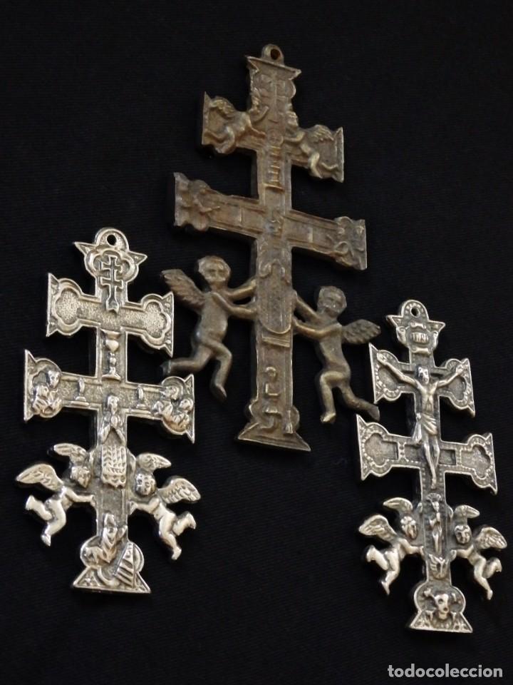 CONJUNTO DE TRES CRUCES DE CARAVACA ELABORADAS EN BRONCE. SIGLOS XIX Y XX. (Antigüedades - Religiosas - Cruces Antiguas)