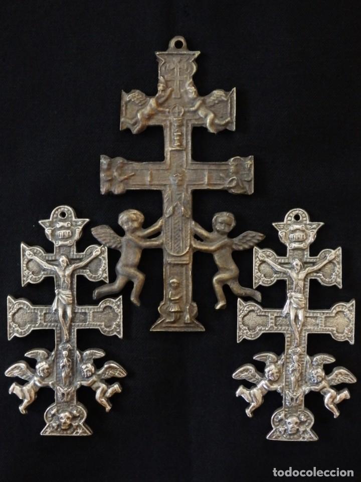 Antigüedades: Conjunto de tres cruces de Caravaca elaboradas en bronce. Siglos XIX y XX. - Foto 3 - 210249766