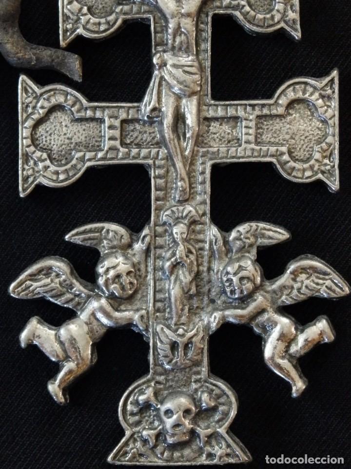 Antigüedades: Conjunto de tres cruces de Caravaca elaboradas en bronce. Siglos XIX y XX. - Foto 6 - 210249766