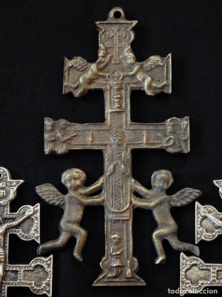 Antigüedades: Conjunto de tres cruces de Caravaca elaboradas en bronce. Siglos XIX y XX. - Foto 7 - 210249766