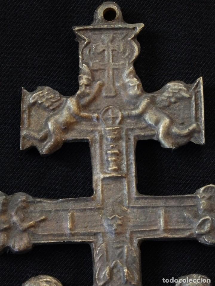 Antigüedades: Conjunto de tres cruces de Caravaca elaboradas en bronce. Siglos XIX y XX. - Foto 8 - 210249766