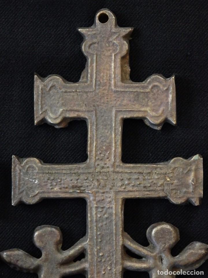 Antigüedades: Conjunto de tres cruces de Caravaca elaboradas en bronce. Siglos XIX y XX. - Foto 11 - 210249766