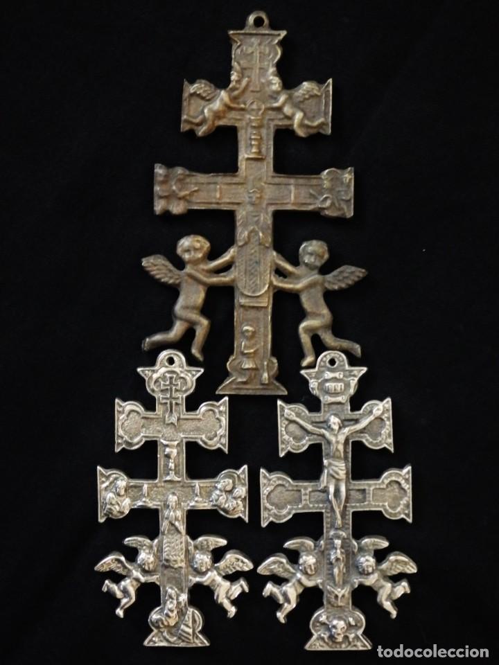 Antigüedades: Conjunto de tres cruces de Caravaca elaboradas en bronce. Siglos XIX y XX. - Foto 13 - 210249766