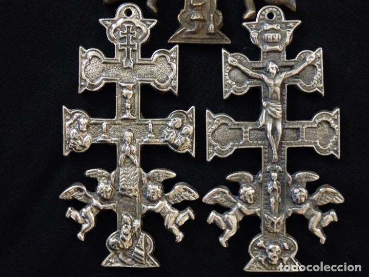 Antigüedades: Conjunto de tres cruces de Caravaca elaboradas en bronce. Siglos XIX y XX. - Foto 14 - 210249766