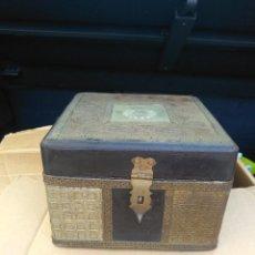 Antigüedades: BAUL COSTURERO MUY ANTIGUO HECHO EN MADERA Y TALLADO EN METAL (7X7X5). Lote 210268920