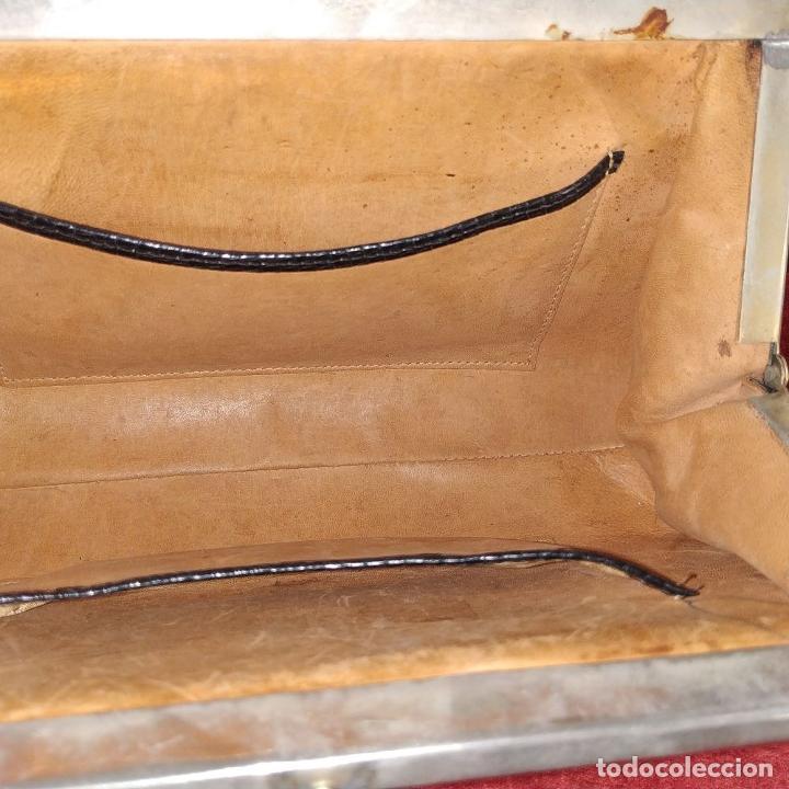 Antigüedades: BOLSO DE DAMA. PIEL DE REPTIL. ACABADO CHAROL. HERRAJES CROMADAS. ESPAÑA. CIRCA 1950 - Foto 14 - 210308925