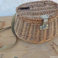 Antigüedades: CESTO DE MIMBRE PARA PESCA. Lote 210341860