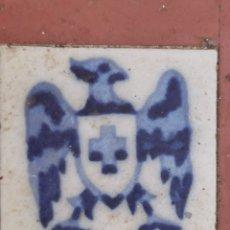 Antigüedades: ANTIGUA BALDOSA CON LA FIGURA DE UN AGUILA EN COLOR AZUL COBALTO. Lote 210353908