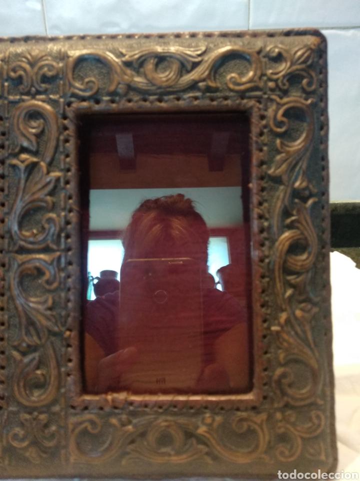 Antigüedades: Marco doble cuero repujado sobremesa - Foto 2 - 210359536