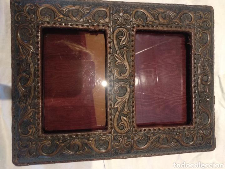 MARCO DOBLE CUERO REPUJADO SOBREMESA (Antigüedades - Hogar y Decoración - Marcos Antiguos)
