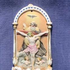 Antigüedades: BENDITERA PORCELANA PADRE HIJO ESPIRITU SANTO ANGELES BISCUIT PORCELANA DORADA MITAD S XIX 24X11,5CM. Lote 210390282