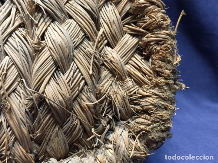 Antigüedades: ZURRON ESPARTO CORREA CUERDA ARTESANAL CUERO PPIO S XX 40X36X18CMS - Foto 13 - 210460600