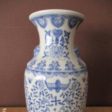 Antigüedades: BONITO JARRÓN CHINO DE PORCELANA CON DECORACIONES EN COLOR AZUL - 36 CM ALTURA. Lote 210479146