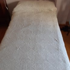 Antigüedades: ANTIGUA COLCHA DE CROCHET HECHA A MANO CON BUEN HILO, CON VOLANTE DE TELA BORDADA.. Lote 210485636