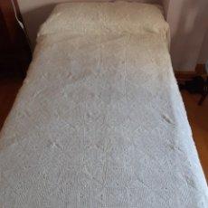 Antigüedades: ANTIGUA COLCHA DE CROCHET HECHA A MANO CON BUEN HILO, CON VOLANTE DE TELA BORDADA.. Lote 210485731