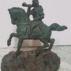 Antigüedades: SINGULAR FIGURA SOLDADO MEDIEVAL CORNETA Y MONTANDO UN CABALLO DE HIERRO FUNDIDO PINTURA ORIGINAL. Lote 210534080