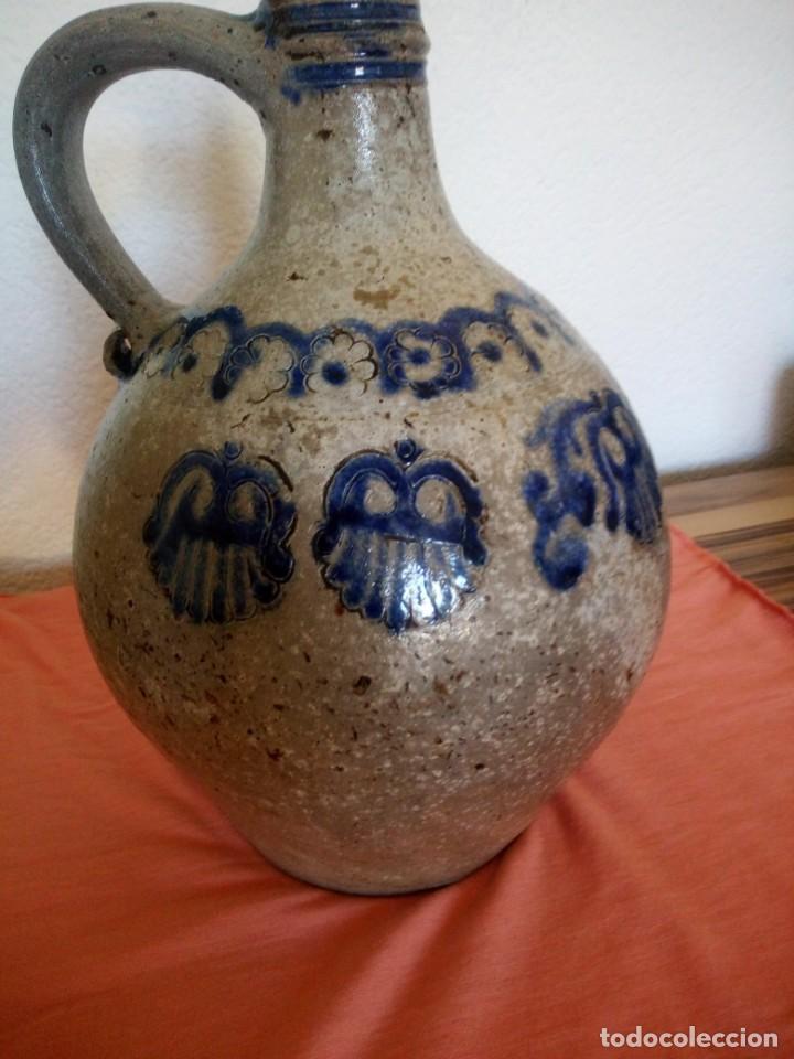 Antigüedades: Antigua garrafa con asa de cerámica popular, pintada a mano,siglo xix/xx - Foto 4 - 210541495