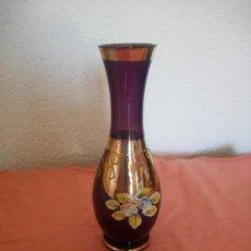 Antigüedades: BONITO JARRON DE CRISTAL DE MURANO CON FLORES EN RELIEVE DE PORCELANA,COLOR MORADO.. Lote 210541635