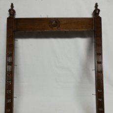 Antigüedades: MARCO MADERA GRABADO CON COPETES. REMATES.. Lote 210544015