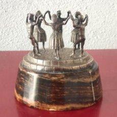 Antigüedades: ESCULTURA DE PLATA DE LEY, SARDANISTAS SARDANAS SOBRE BASE DE ÓNIX 1970'S. VER FOTOS.. Lote 210548122