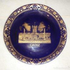 Antigüedades: PLATO DE COLECCIÓN. DECORADO CON ORO DE LEY. CÁDIZ - PUERTAS DE TIERRA.. Lote 210557722