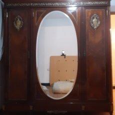 Antigüedades: DORMITORIO HABITACIÓN EN MADERA DE CAOBA - MARQUETERÍA Y RELIEVES DE BRONCE - DE PRINCIPIOS DE 1900. Lote 210585173