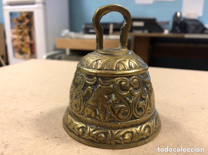 Antigüedades: PRECIOSA CAMPANA DE BRONCE, CON RELIEVES DE ANIMALES. - Foto 3 - 210613778