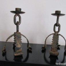 Antigüedades: PAREJA DE CANDELABROS REALIZADOS EN FORJA 21 CENTIMETROS DE ALTO. Lote 210623151