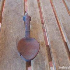 Antigüedades: CUCHARA EN MADERA TALLADA CON MANO DE MORTERO ARTE PASTORIL. Lote 210629646