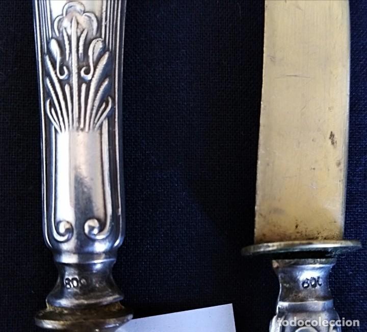 Antigüedades: Antiguos cubiertos compuesto por tenedor y cuchillo de plata maciza contrastada y baño de oro - Foto 3 - 210638748