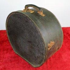 Antigüedades: MALETA SOMBRERERO PARA DAMA. CARTÓN FORRADO. HERRAJES EN METAL. ESPAÑA. CIRCA 1900. Lote 210649622