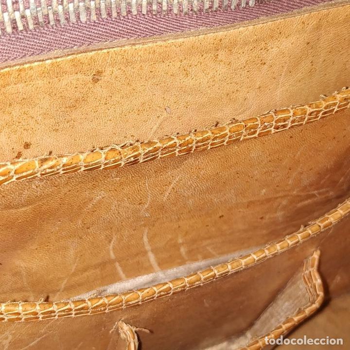 Antigüedades: BOLSO DE DAMA. PIEL DE REPTIL. HERRAJES DORADOS. ESPAÑA. CIRCA 1950 - Foto 20 - 210659570