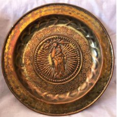 Antigüedades: ANTIGUO PLATO PETITORIO DE METAL REPUJADO - VÍRGEN CON NIÑO. Lote 210674406