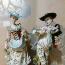 Antigüedades: PAREJA FIGURAS ESCENA GALANTE DE PORCELANA JAPONESA EIHO MADE IN JAPON. Lote 210676844